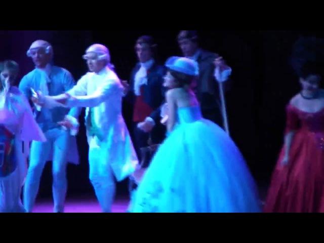 Mozart L'Opéra Rock GAG DU 9 JANVIER LE MARIAGE Mikele avec une robe