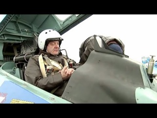 Украина: Президент Порошенко летит на борту истребителя СУ-27.
