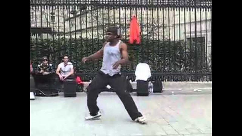Шикарный танец негра на улице Парижа
