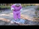 Малыш на льду ТРЕШЬ/ Toddler first saw the ice.儿童和冰
