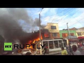 Колумбия: Потушил пожар Пожарные после авиакатастроф в Боготе пекарни.