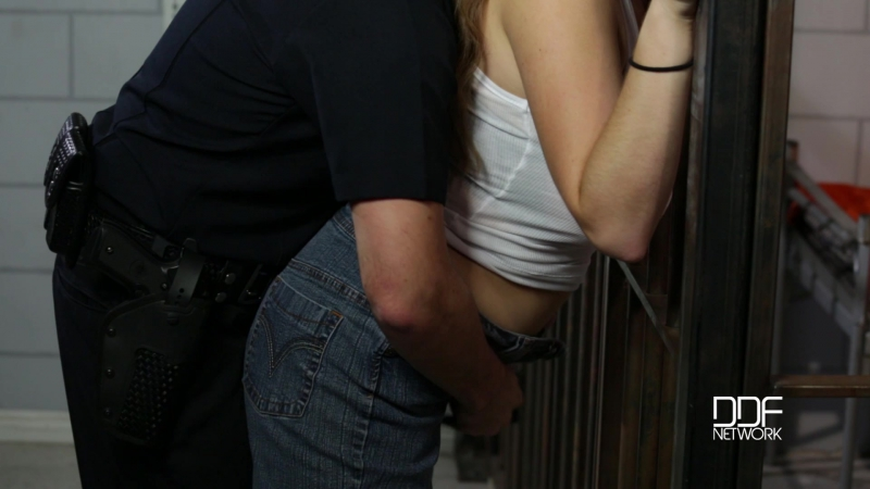 Коп трахает заключённую