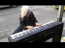 Impresionante anciana tocando el piano en la calle