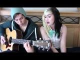 Милая девушка, круто поет, а парень играет на гитаре.