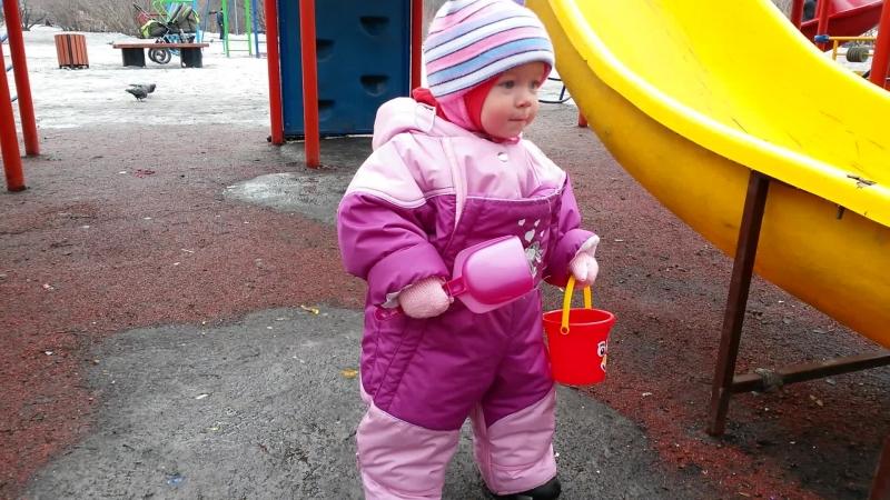 Софья на прогулке впервые пошла 14 апреля 2015