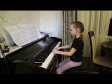Девочка (6 лет) играет на фортепиано и поёт песню «Она вернётся»