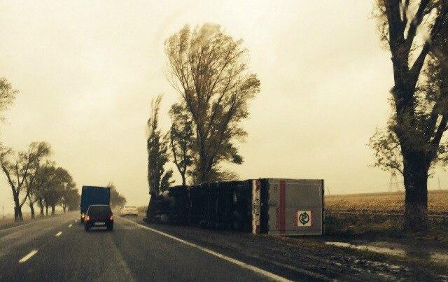 На трассе «Ростов-Таганрог» шквалистый ветер перевернул многотонную фуру