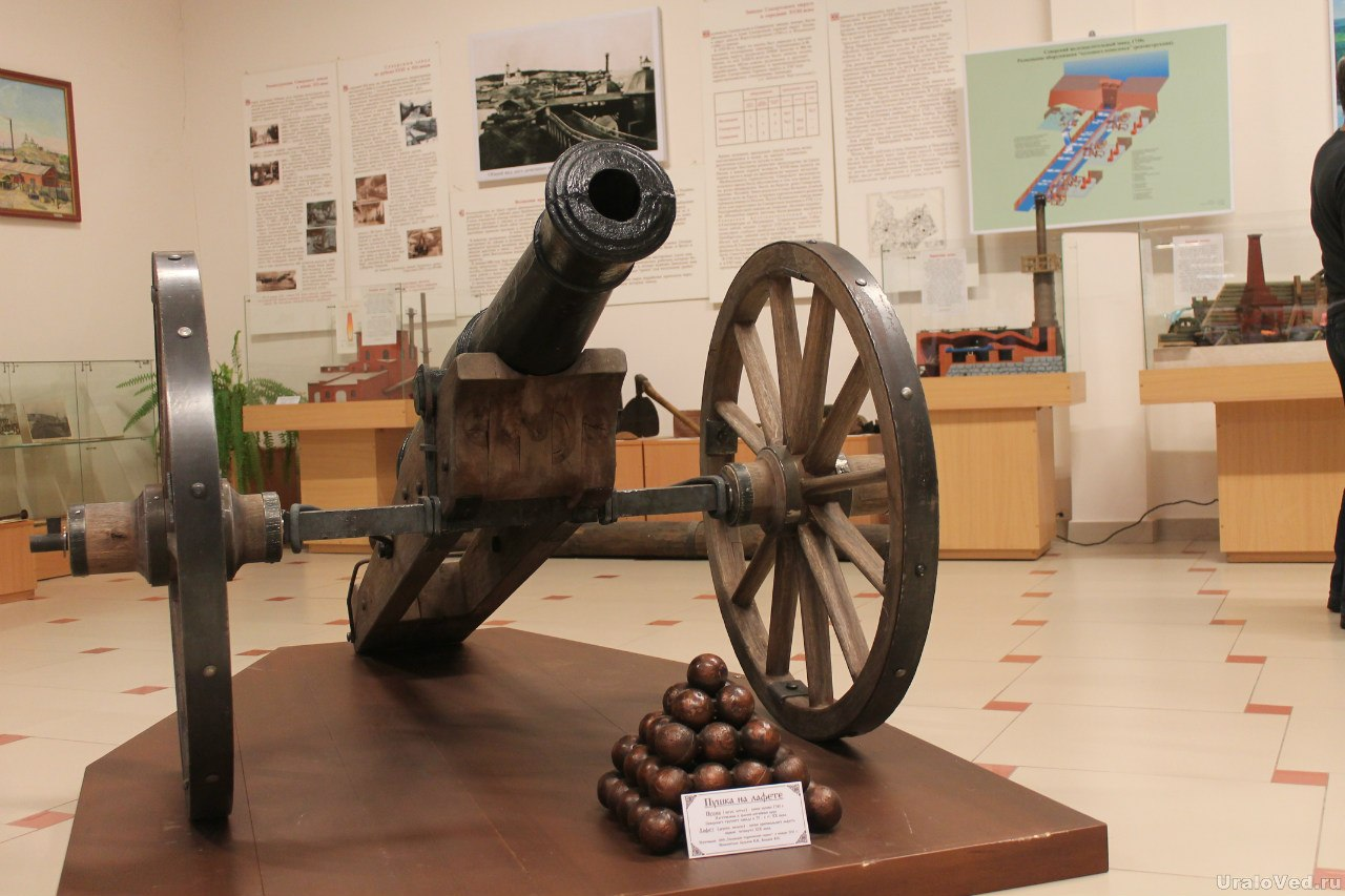 Пушка в музее Северская домна