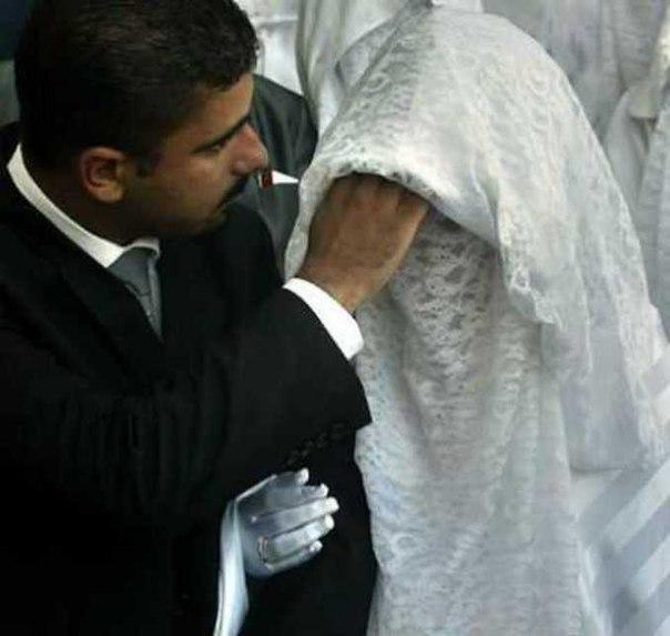 В Саудовской Аравии во время свадебной фотосессии муж, увидев лицо жены, потребо...