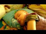 спит и во сне грудь сосет