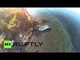 Греция: Дрон кадры показывает беженцы помогают берег добровольцев Лесбос.