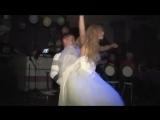 Невеста танцует стриптиз и раздевается.