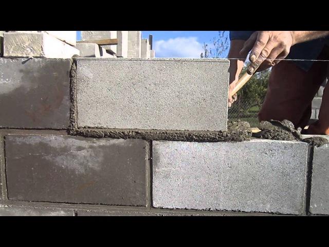 Укладка пустотелых цементно песчанных блоков