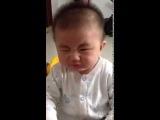Ребенок ест лимон :)