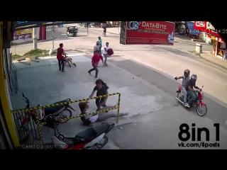 Пранк - жестокий розыгрыш - убийство парня на улице из пистолета со скутера / Shooting A Man On The Street Prank