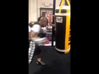 Флойд Мейвезер избевает грушу,бокс тренировка профи