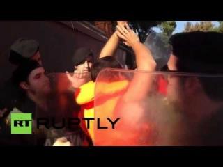 Греция: Полиция и протестующие про-беженцев драка в Лесбос.