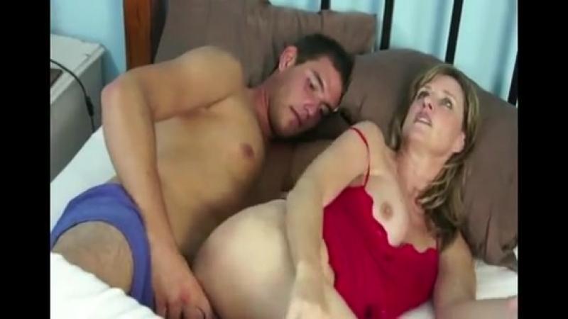 Порно видео син пристаеть к спяши матери