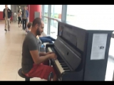 Пианист играет в аэропорту.