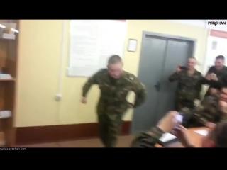 Удар электрошокером. Российский Солдат Спецназа ударил себя шокером