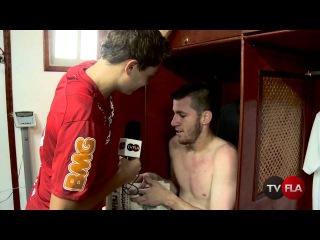 """Aps treino de finalizao, Adryan invade o vestirio e """"provoca"""" Paulo Victor"""