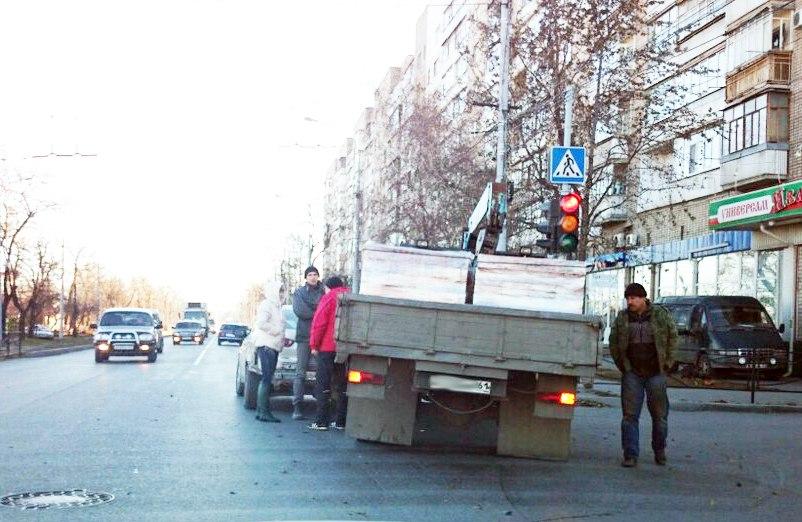 ДТП в Таганроге: на улице Ленина столкнулись Mitsubishi Lancer и грузовой автомобиль