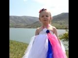 Маленькая девочка,очень мило, поёт гимн России, в Крыму. Лиза, возраст 3,8.