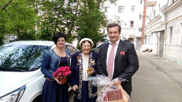 Декан С.А. Жинкин и зам.декана по воспитательной работе И.М. Хиль поздравляют Матасову Галину Николаевну