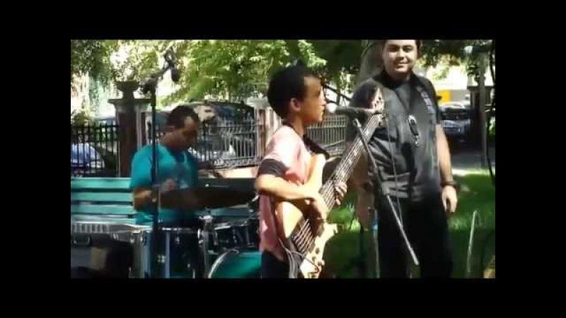Кто дал ему в руки бас-гитару? Парень красавец!