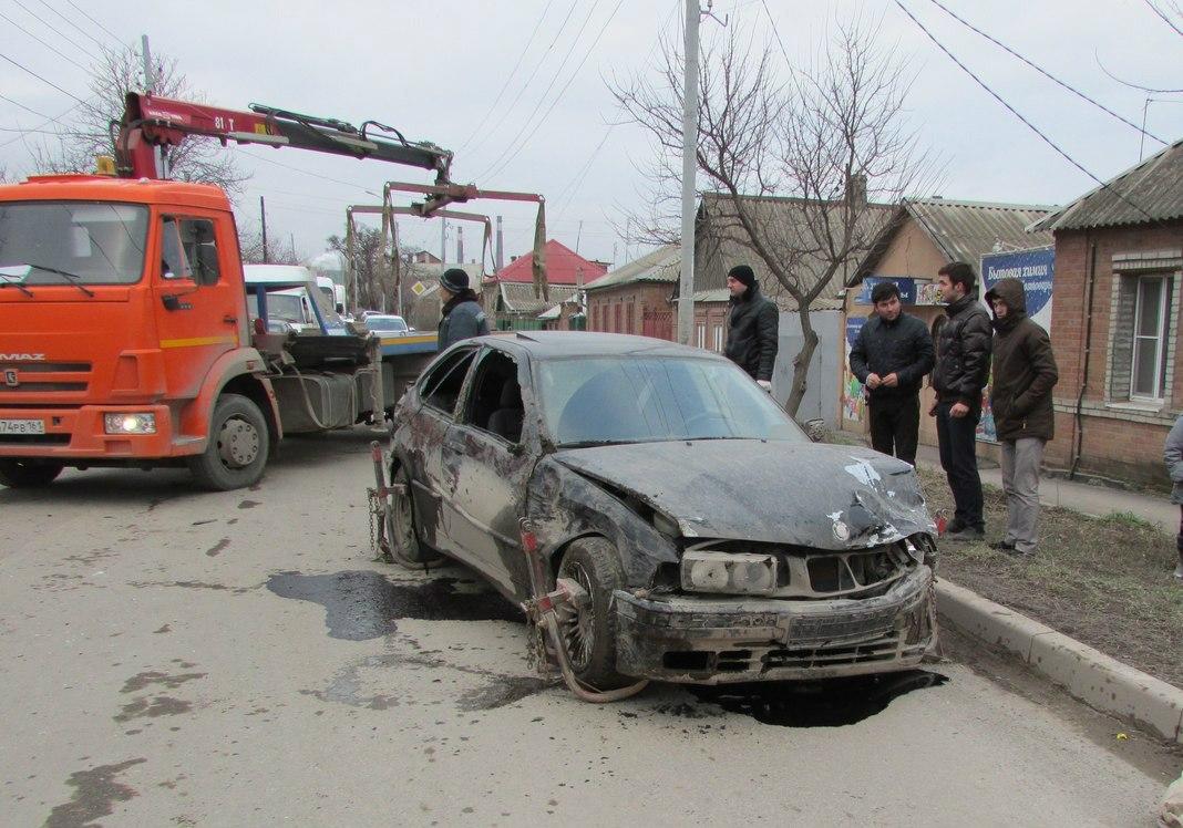 В Таганроге в результате столкновения перевернулся и слетел на обочину BMW. ВИДЕО