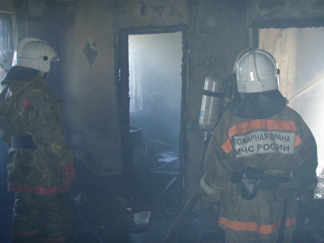 В городе Таганроге при пожаре в частном доме погиб 53-летний инвалид, одного человека удалось спасти