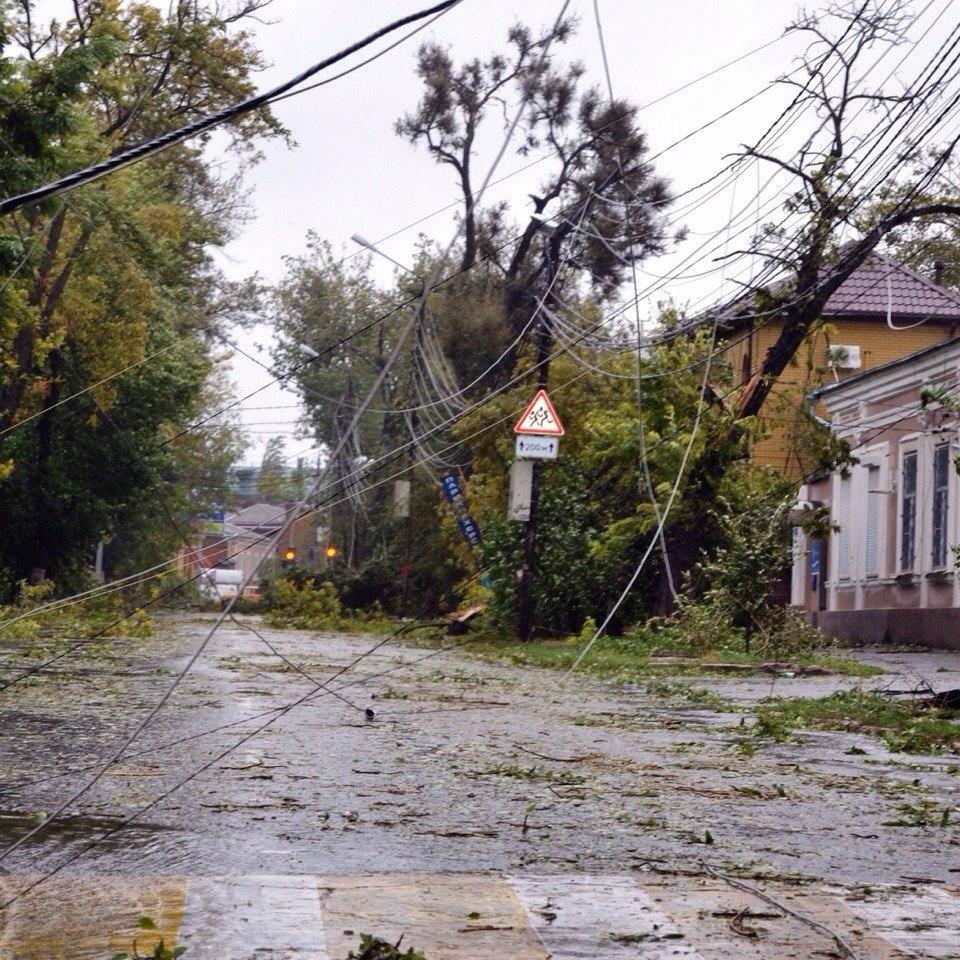 В Таганроге до сих пор коммунальщики занимаются уборкой веток после сентябрьского урагана 2014 года