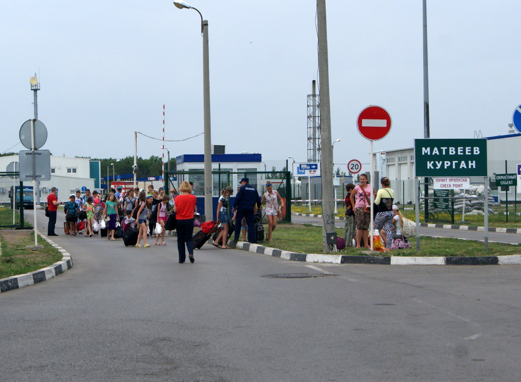 Спасатели Ростовской области встречают детей из Донбасса