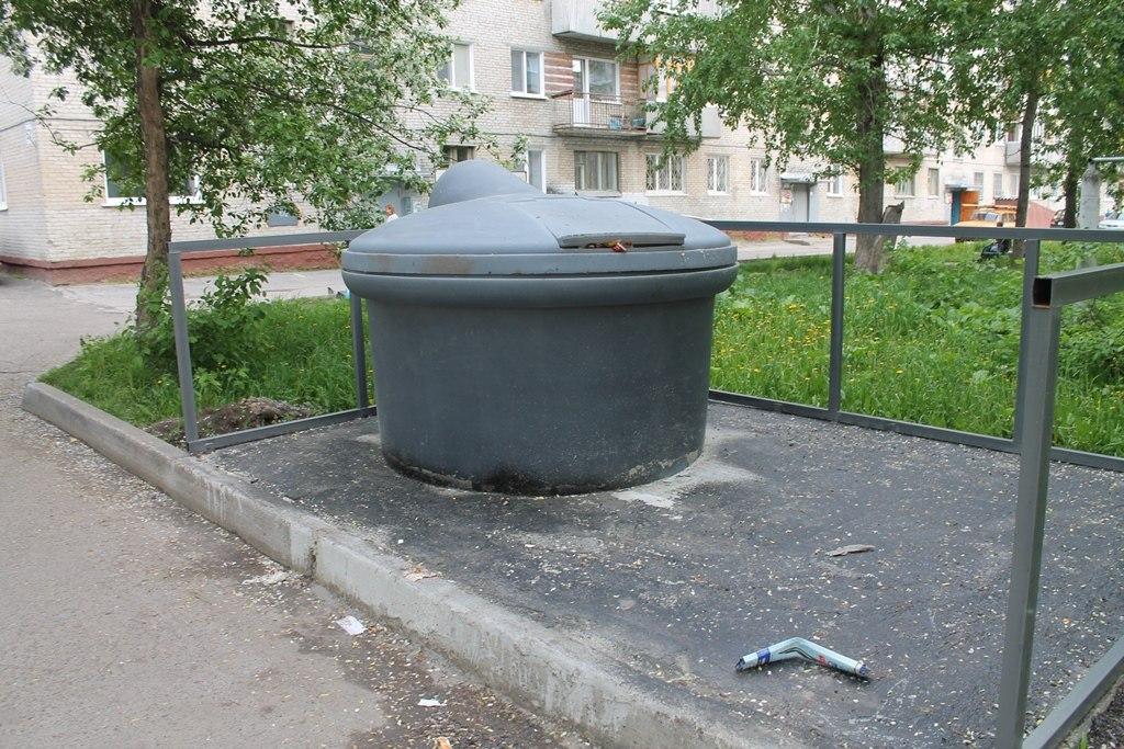 В Таганроге устанавливают заглубленные контейнеры, теперь мусор не будет разлетаться по улицам