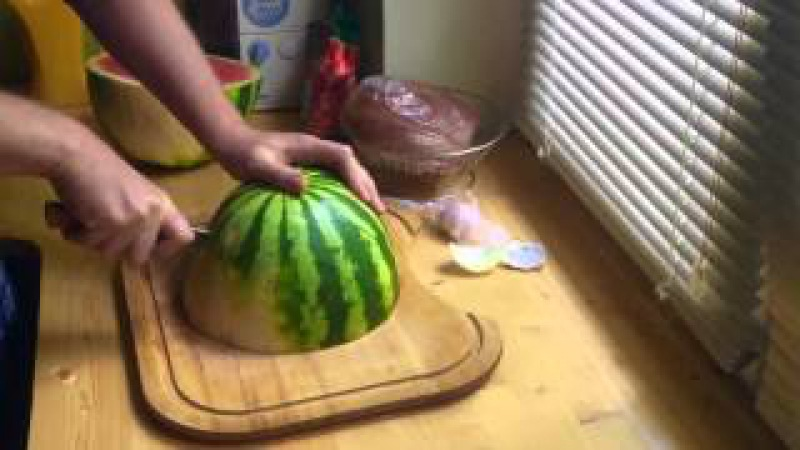 Как резать арбуз для подачи на стол. Первое кулинарное видео.