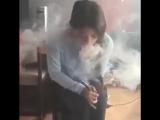 Девушка курит кальян, обязательно к просмотру!