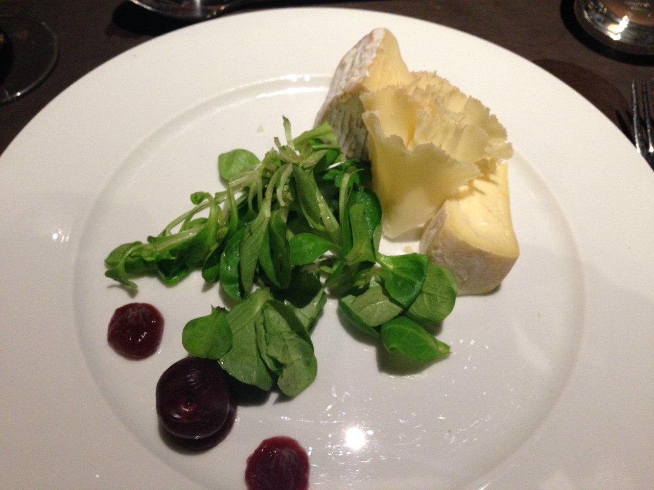 Скромная тарелка сыров