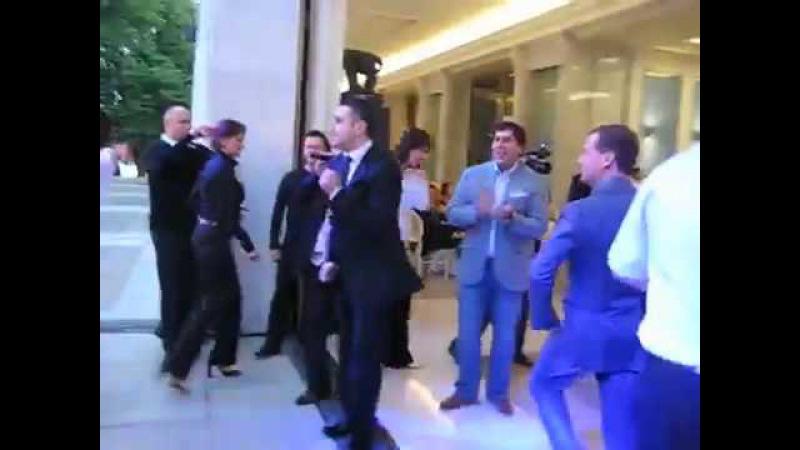 Танец Медведева и Гарика Мартиросяна