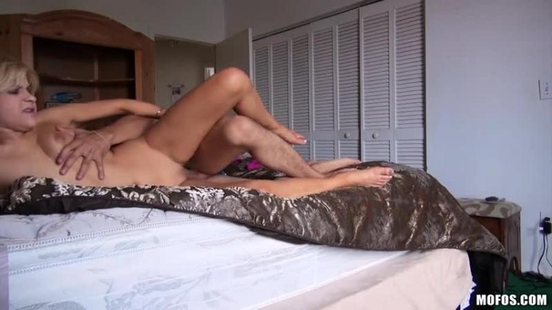 Sarışın küçük kızı acımasızca sikiyor porno indir