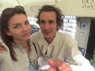 Это Стефан. Он и его жена Вана - издатели в Тайване, и Нина Мегре.