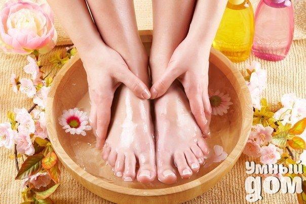 5 уникальных оздоровительных и омолаживающих ванн для ног 1. Лечебно-профилактическая ванна от простуды Для профилактики и лечения простудных заболеваний рекомендуется делать горячую ванну для ног с добавлением горчицы. Как приготовить? 1 столовую ложку порошка горчицы развести в стакане теплой воды и залить 1,5 л горячей. Делать такую ванну следует 10–15 минут, пока вода не начнет остывать. После процедуры следует вытереть ноги и надеть шерстяные носки. 2. Очищающая и расслабляющая ванна для…