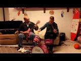Отец и сын играют на детских музыкальных инструментах подаренных дочери