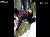 Китаец с боязнью высоты оказался на стеклянном мосте