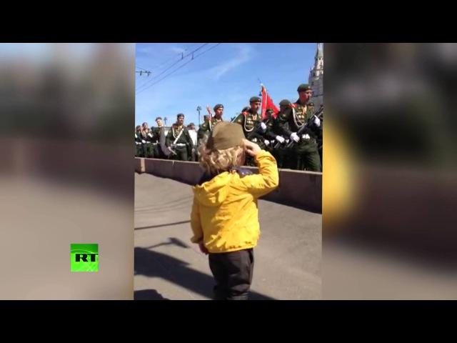 Маленький генерал: на репетиции парада Победы в Москве военные ответили на приветствие юного зрителя