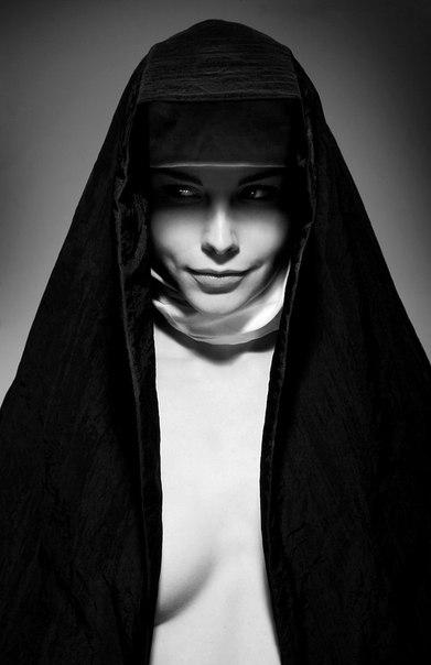 В купе едут монашка и проститутка. На проститутке красивое платье, золотая цепочка и фирменые туфли. Монашка разглядывает её и спрашивает: