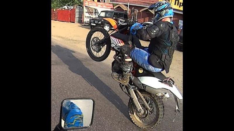 Оранжевый зверь KTM 690 ENDURO R учиться делать Wheellie