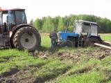 Трактора купаются в грязи   улетное видео