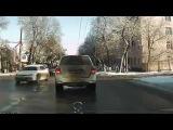 Таксист в вытворяет чудеса на дороге!