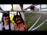 Cat woke up at flying a hang-glider - Кот проснулся на летающем дельтаплане