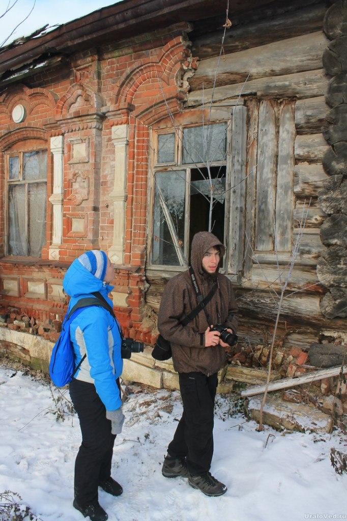 Старый деревянный дом, обложенный кирпичом